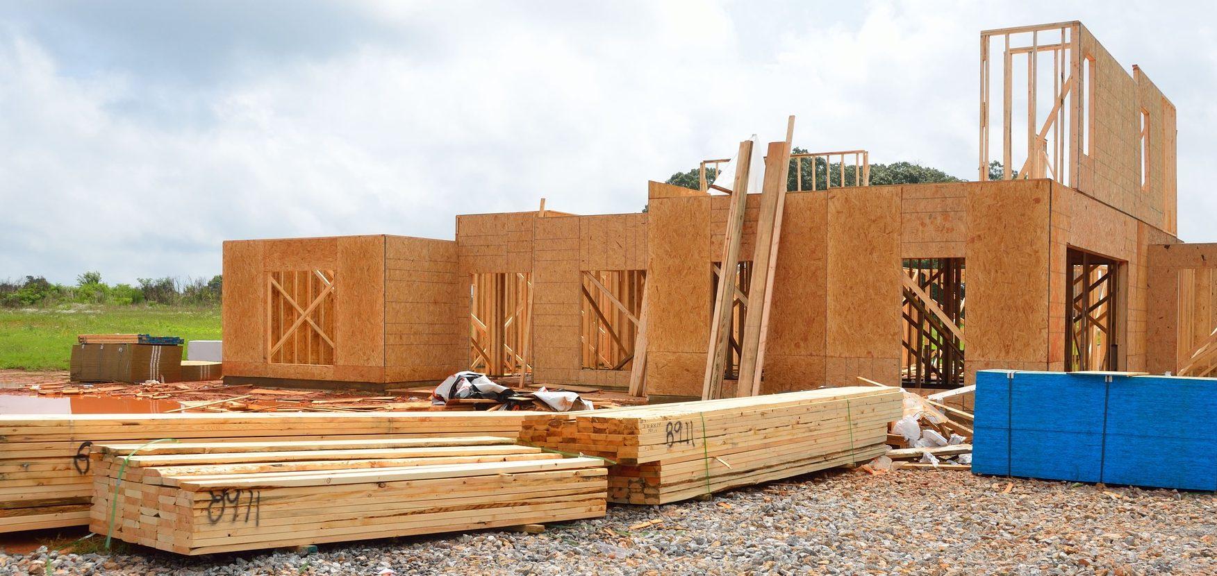 Une maison en bois en cours de construction
