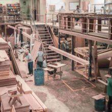 Une usine produisant des planches en bois